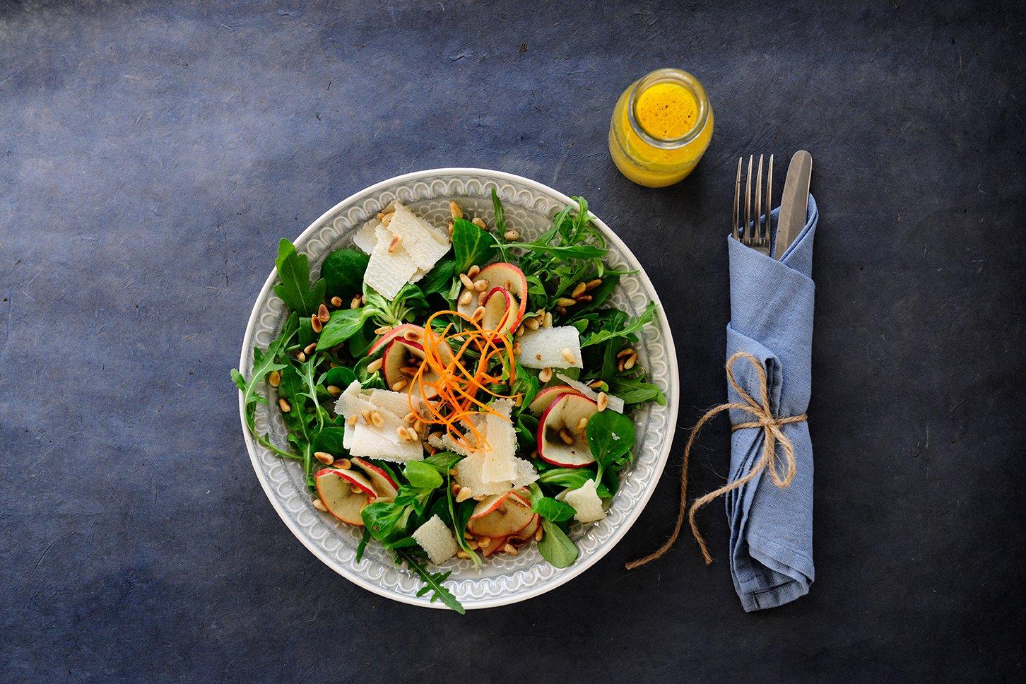 Salat mit Apfel, Parmesan & Pinienkernen Foto Maike Helbig  MyOtherStories.de