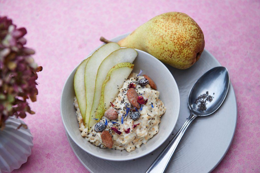 Birnen-Porridge final close mit Mandel & Rosinen Foto Maike Helbig / www.myotherstories.de