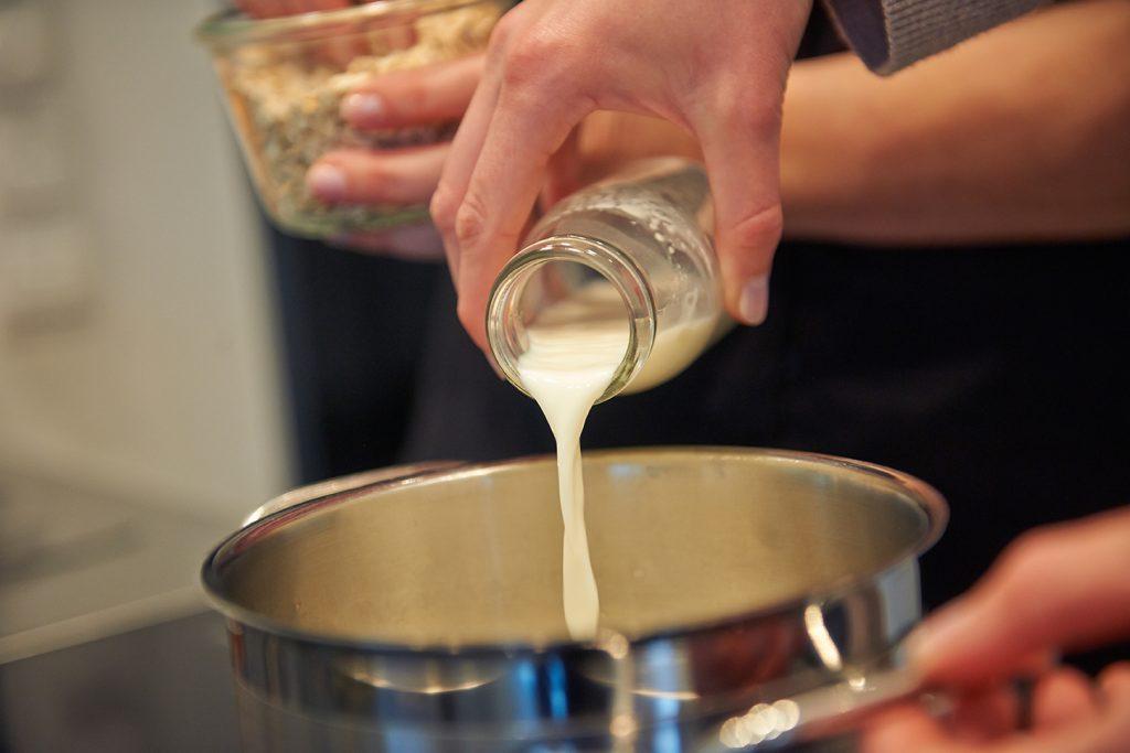 Birnen-Porridge mit Mandel & Rosinen Foto Maike Helbig / www.myotherstories.de