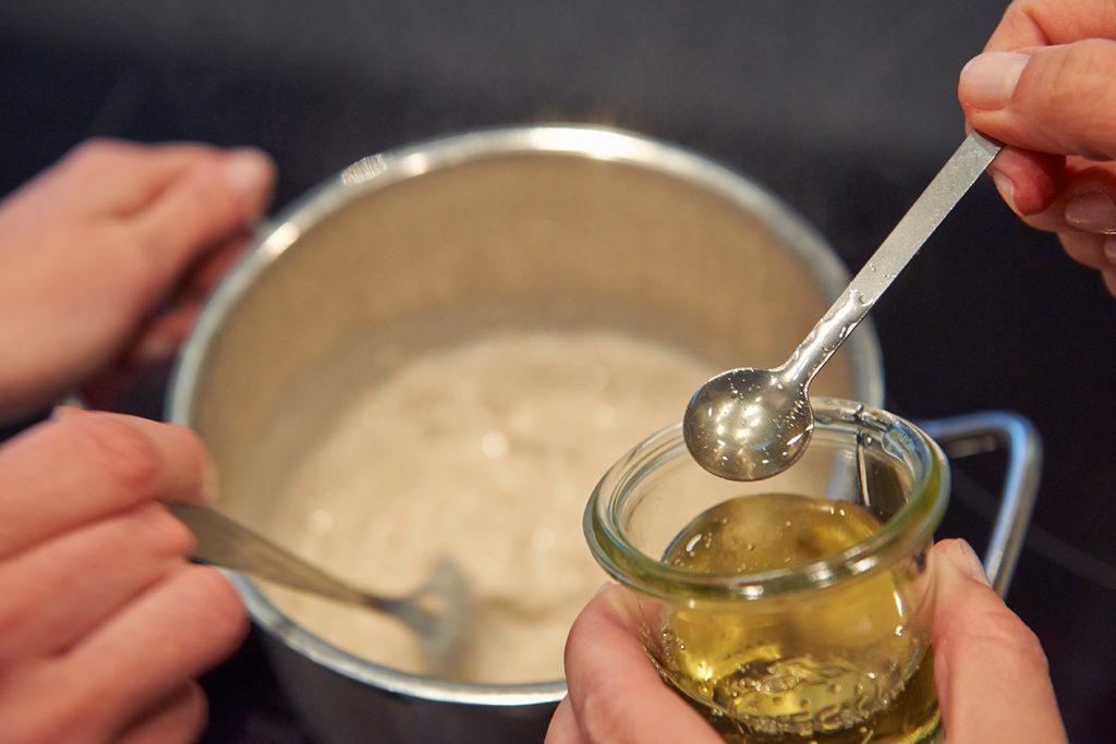 Birnen-Porridge mit Mandeln & Rosinen Foto Maike Helbig / www.myotherstories.de