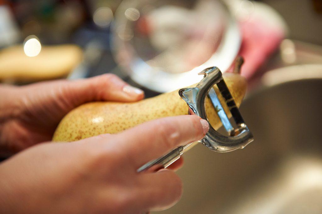 Birnen-Porridge mit Mandel & Rosinen / Birne schälen / Foto Maike Helbig / www.myotherstories.de