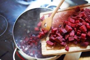 milde-rote-bete-suppe-mit-orangensaft-und-joghurt-foto-maike-helbig-fuer-bettina-bergwelt-myotherstories.de
