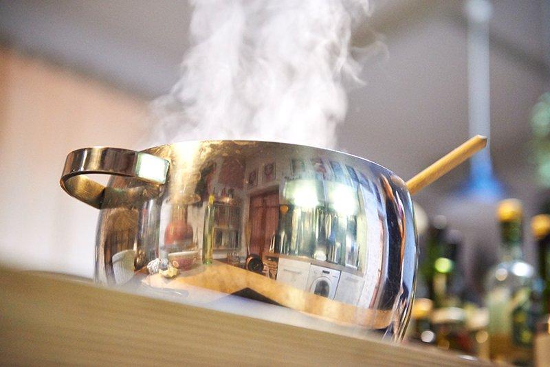 Rote Bete Suppe mit Ingwer und Chili Topf dampft Foto Maike Helbig / www.myotherstories.de