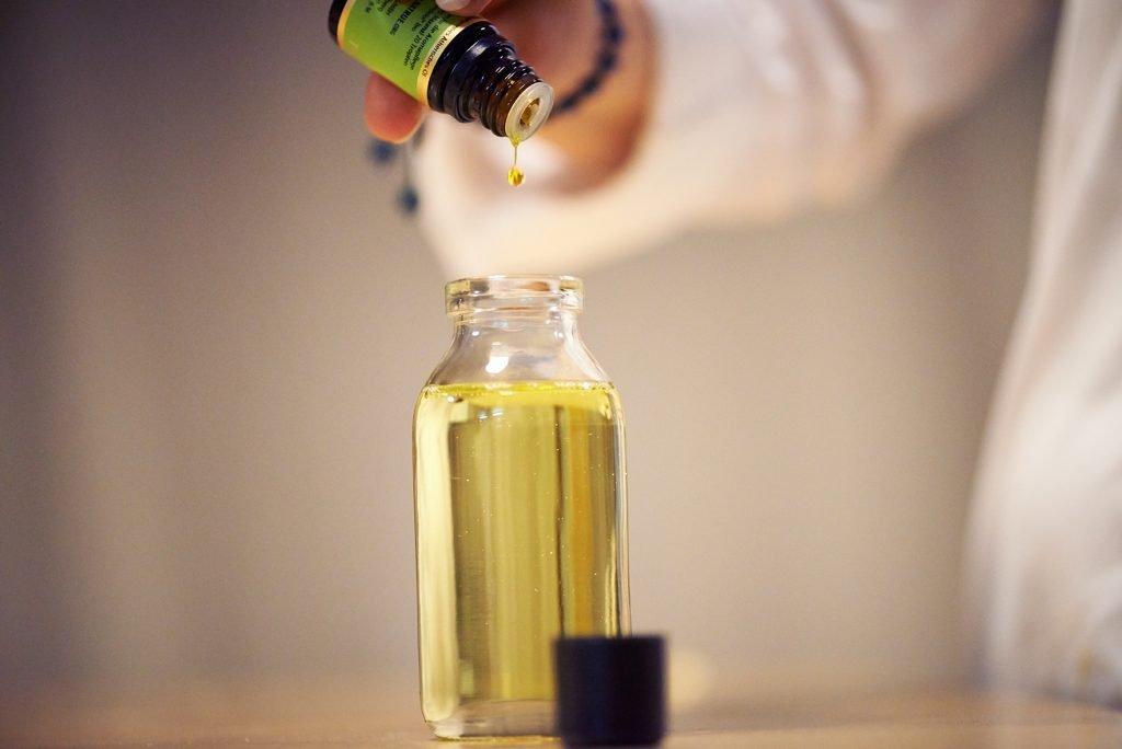 Ätherische Öl eintopfen Foto Maike Helbig / www.myotherstories.de