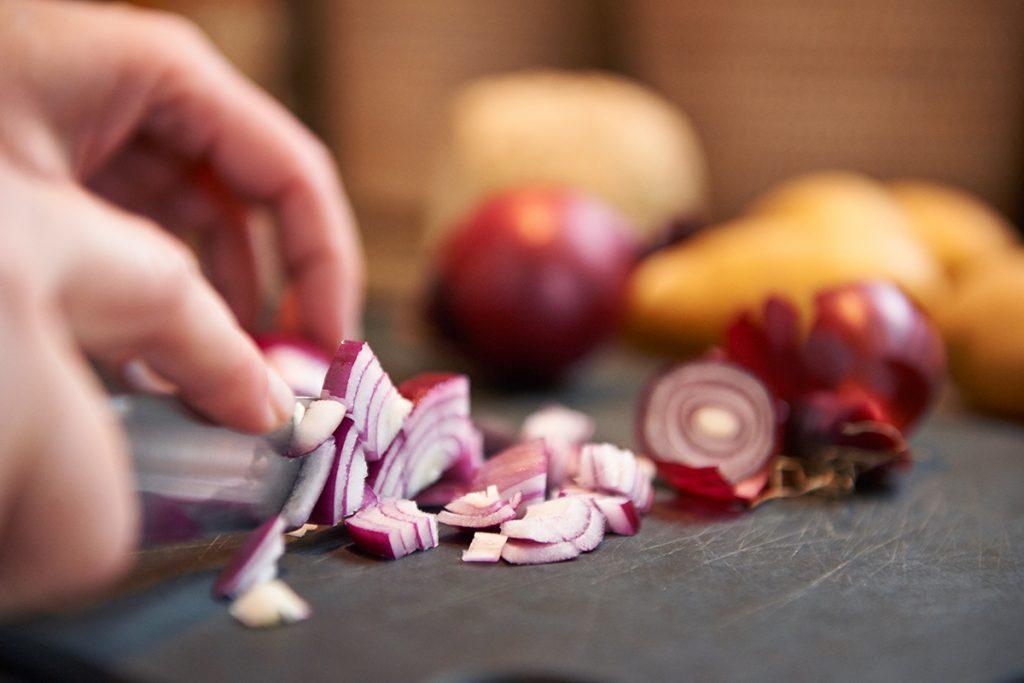 zwiebeln-fuer-kartoffelsuppe-mit-gemuese-parmesan-und-joghurt-foto-maike-helbig-fuer-www-myotherstories.de