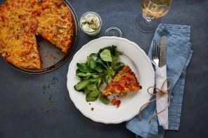 Mediterrane Mischung – Gemüse-Quiche mit Parmesan-Boden und Kräuter-Dip
