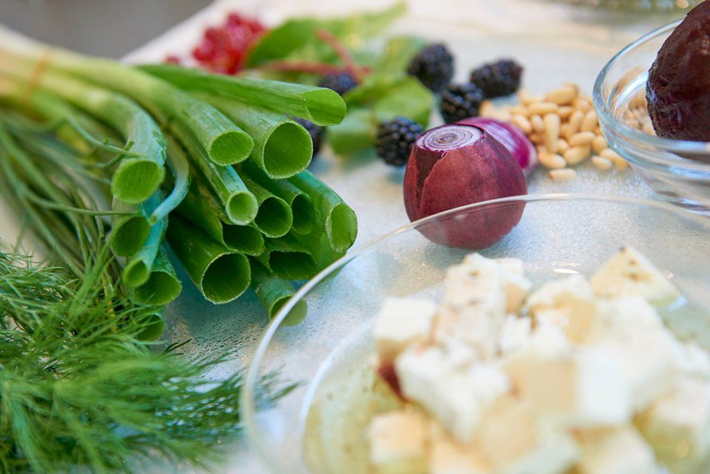 Ernte im Gemüsebeet Salat mit Beeren Foto Maike Helbig / www.myotherstories.de
