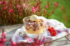 Fruchtig, knusprig, cremig – warmer Fruit-Crumble mit Vanilleeis