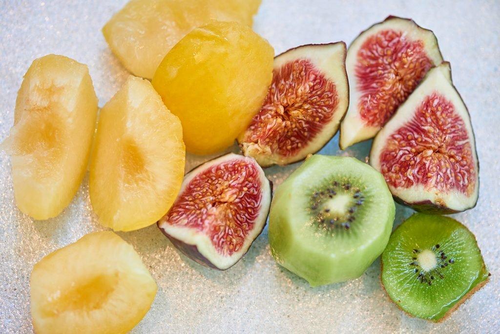 aufgeschnittene-fruechte-fuer-veganes-fruechte-muesli-nach-dimitria-nacos-foto-maike-helbig-www.myotherstories.de