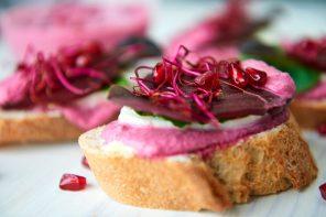 Kalte Küche: Baguette mit Rote-Bete-Ricotta-Creme, Granatapfel & Sprossen