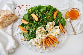 Frühlingssalat mit Mangold, Rucola, Mozzarella, gegrillten Pfirsichen Foto: Maike Helbig / www.myotherstories.de