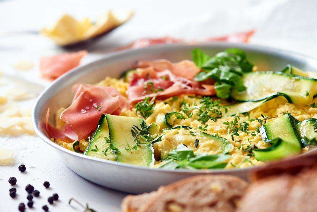 Zucchini-Kräuter-Rührei mit Parmesan und Parmaschinken Foto Maike Helbig / www.myotherstories.de