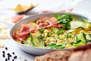 Zucchini-Kräuter-Rührei mit Parmesan, Parmaschinken und Muskat