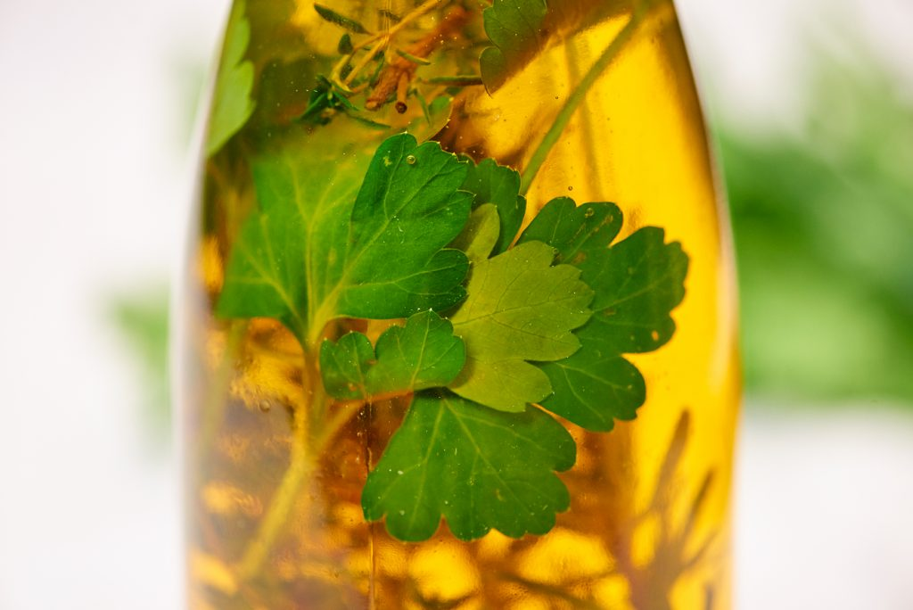 Knoblauch Kräuter Öl mit vollem Aroma Foto: Maike Helbig / www.myotherstories.de