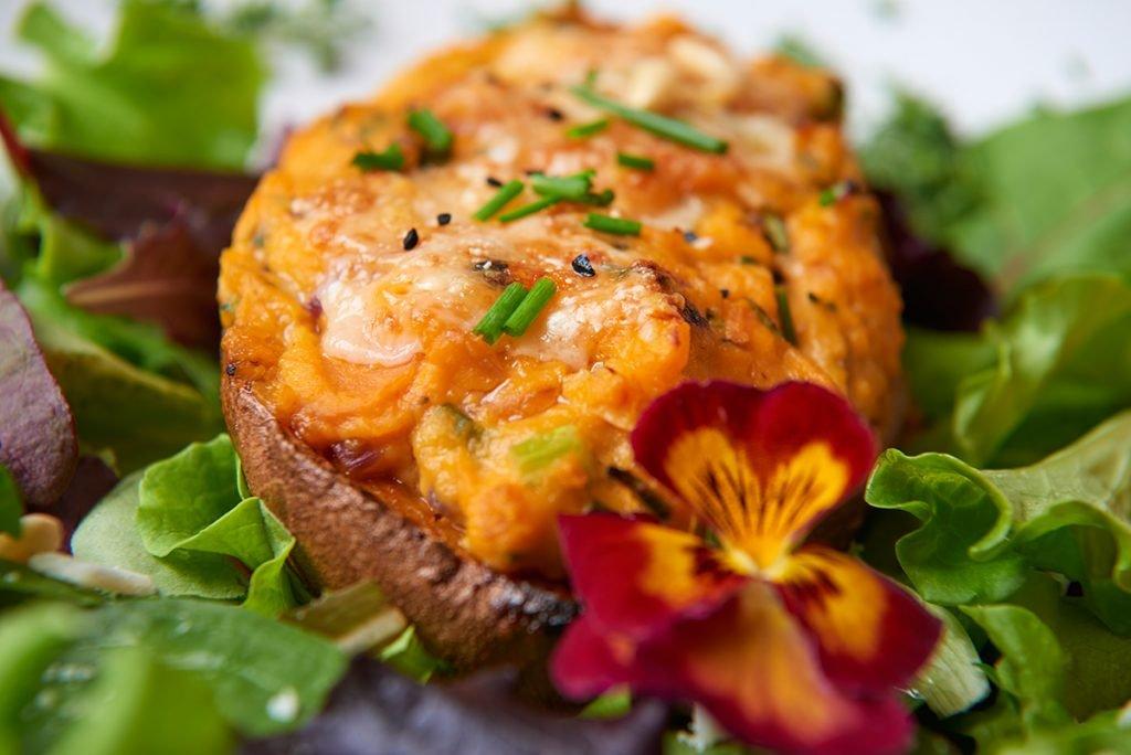 Gefüllte Süßkartoffeln mit Parmesan, Kräutern und Kreuzkümmel auf Blattsalat mit Fruchtdressing Foto Maike Helbig / www.myotherstories.de