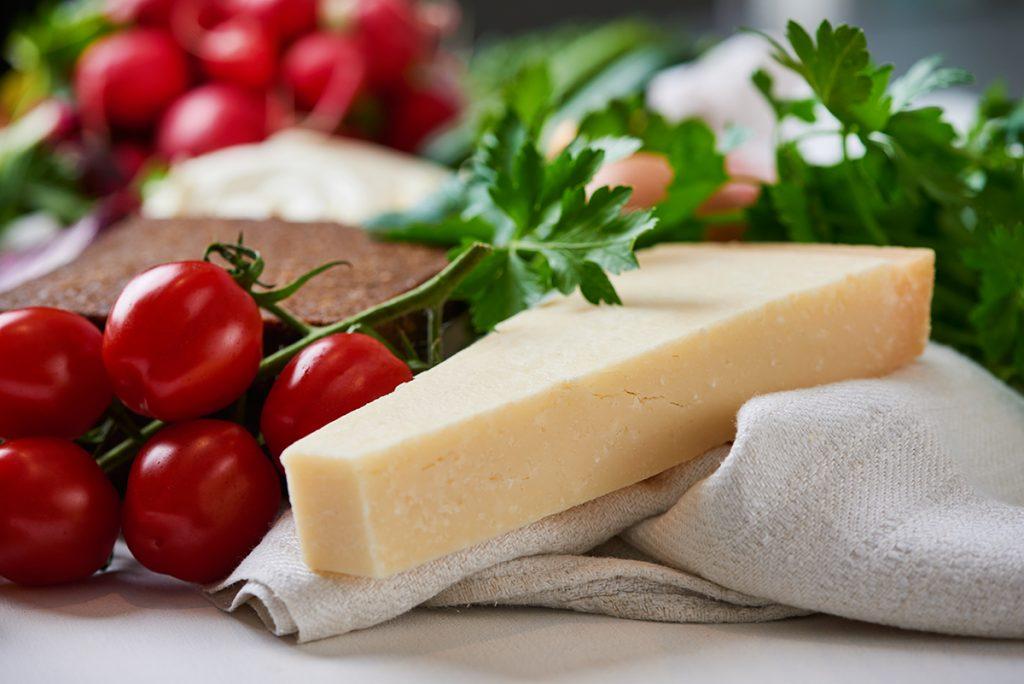 tomaten-und-parmesan-fuer-sandwich-tuermchen-mit-salat-gemuese-kräutern-und-cream-cheese-foto-maike-helbig / www.myotherstories.de