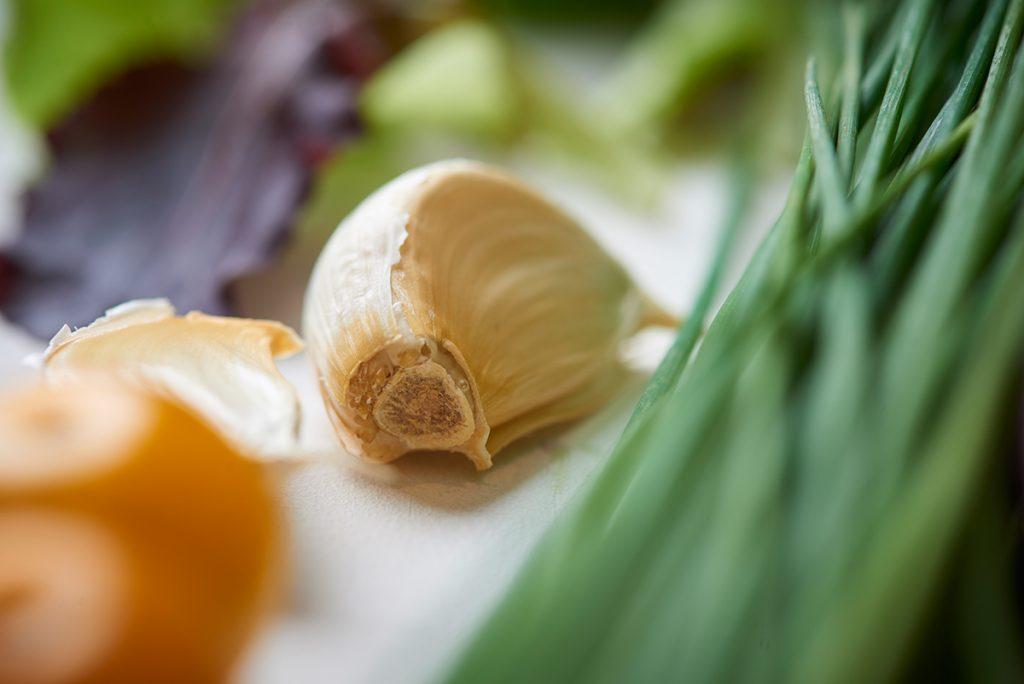 gemuese-nah-fuer-sandwich-tuermchen-mit-salat-kräutern-und-cream-cheese-foto-maike-helbig / www.myotherstories.de