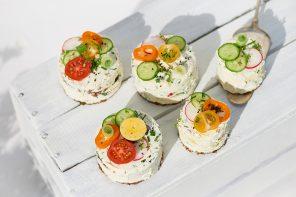 Kühl & köstlich: Herzhafte Frischkäse-Türmchen mit Gemüse und Salat