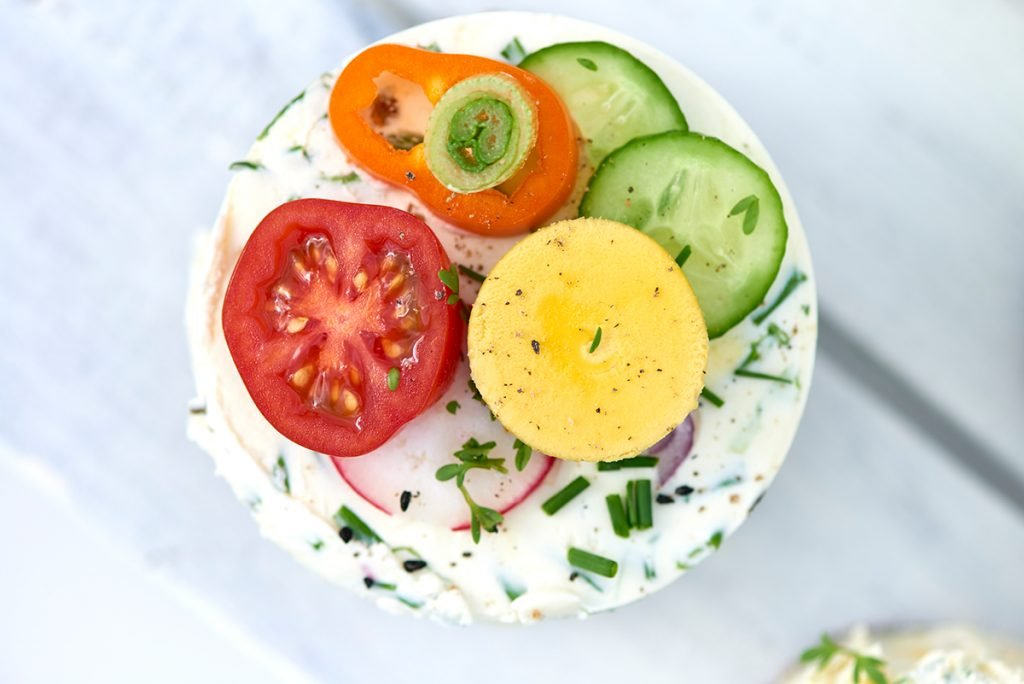 Sandwich-Türmchen mit Salat, Gemüse, Kräuter und Cream-Cheese, Foto: Maike Helbig / www.myotherstories.de