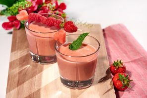 Süß und saftig: Smoothie mit roten Beeren, Melone und Naturjoghurt