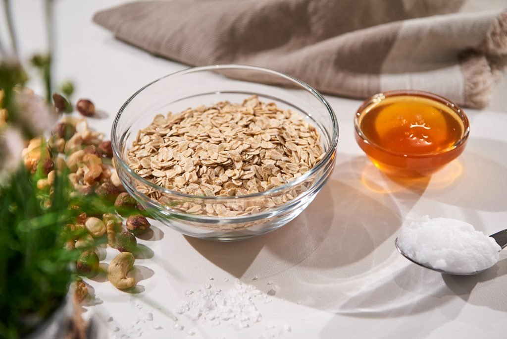 Crunchiges Mandel-Nuss-Honig-Müsli mit Beeren Foto: Maike Helbig / www.myotherstories.de