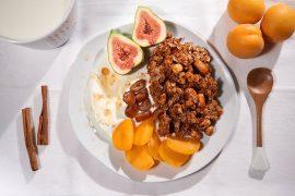 5 Minuten Frühstück: Knuspermüsli mit Datteln, Feigen und Aprikosen Foto Maike Helbig für Bettina Bergwelt www.myotherstories.de