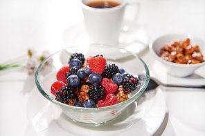 Fruchtiges Frühstück – Mandel-Nuss-Honig-Granola mit bunten Beeren