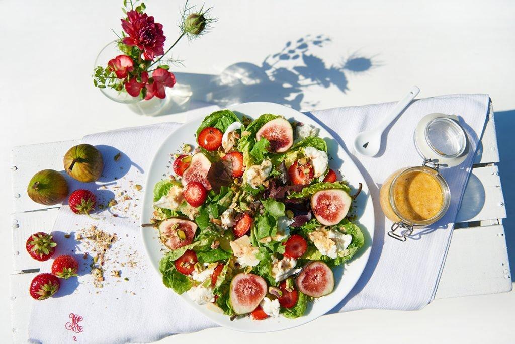 Summer Favourite: Pflücksalat mit Feigen, Erdbeeren und gerösteten Pistazien Foto Maike Helbig für Bettina Bergwelt / www.myotherstories.de