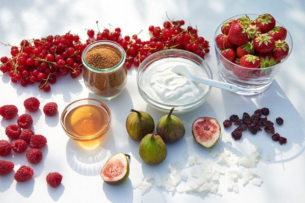 Zutaten-fuer-Himbeer-Kokos-Joghurt-mit- Feigen-Cranberries-und-Johannisbeeren-Foto: Maike Helbig-fuer-Bettina-Bergwelt-www.myotherstories.de