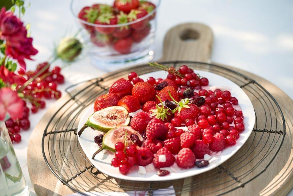 Himbeer-Kokos-Joghurt-mit-Feigen-Cranberries-und-Johannisbeeren-Foto: Maike Helbig-fuer-Bettina-Bergwelt-www.myotherstories.de
