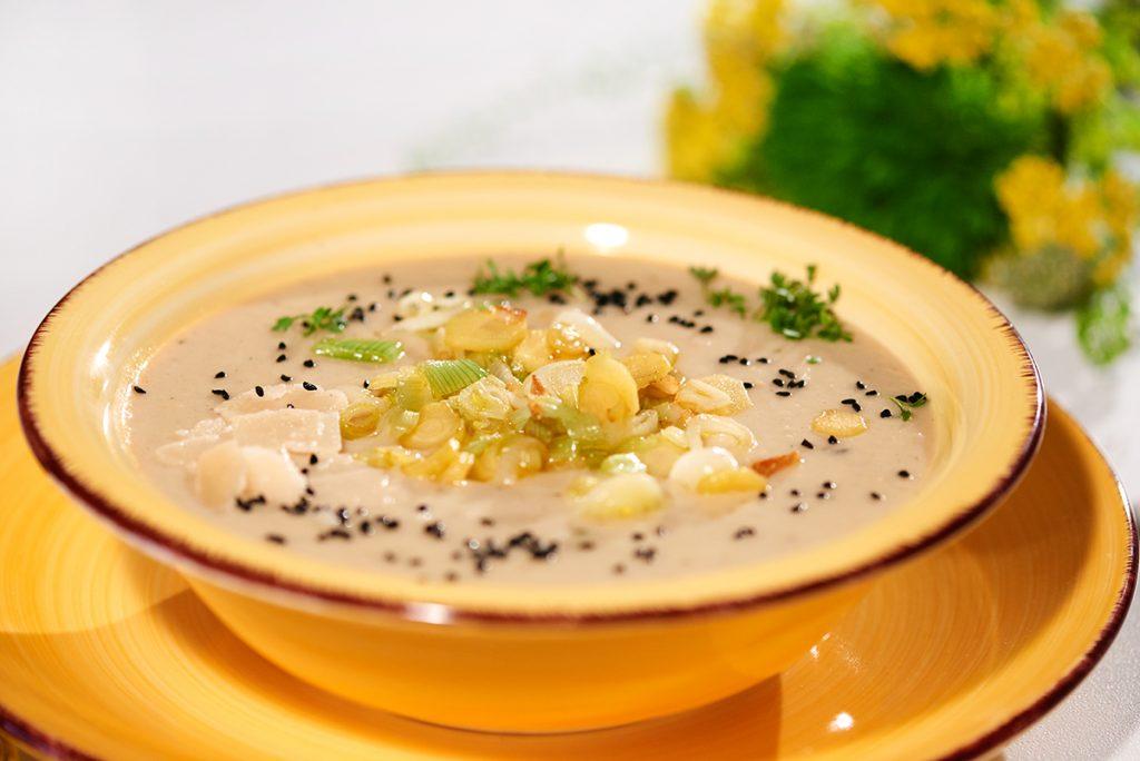 Mairübchen-Pastinaken-Suppe mit zweierlei Knoblauch und Schwarzkümmel Foto: Maike Helbig / www.myotherstories.de