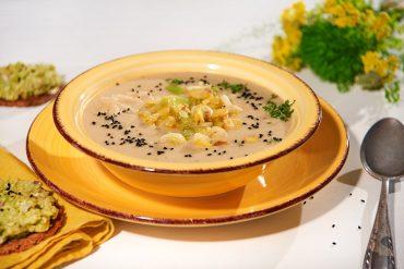 Mairübchen-Pastinaken-Suppe mit zweierlei Knoblauch und Schwarzkümmel