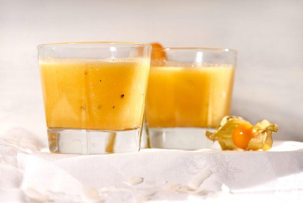 Frisch & exotisch: Kokos-Passionsfrucht-Smoothie mit Ananas und Orange Foto: Maike Helbig für Bettina Bergwelt myotherstories.de / www.myotherstories.de