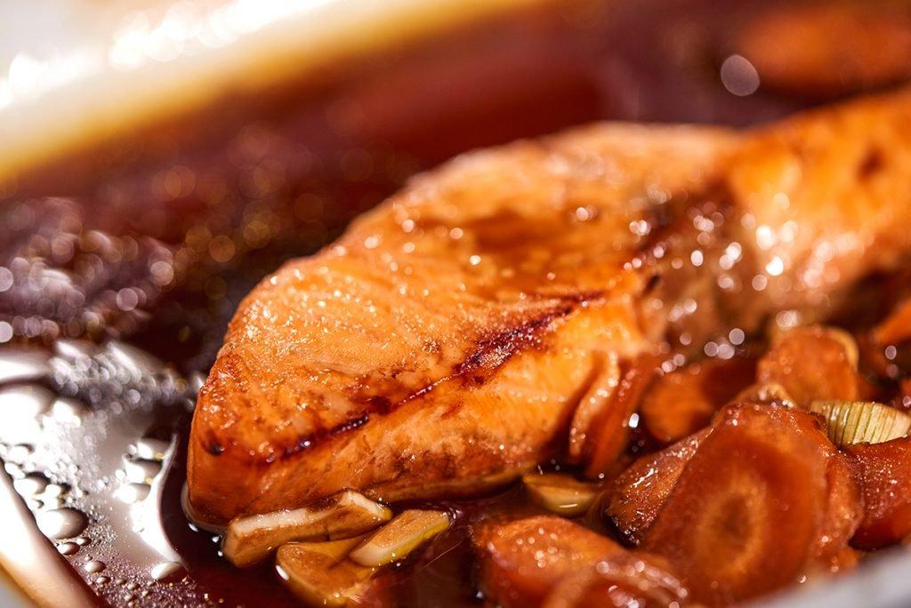 Lachs mit Soja-Balsamico-Honig-Marinade, Schmor-Tomaten & Trauben-Reis Foto: Maike Helbig für Bettina Bergwelt / www.myotherstories.de
