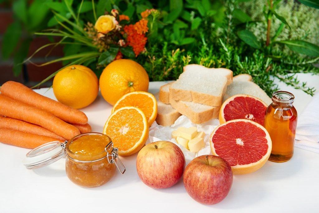Fruchtiges Frühstück - Orangen-Toast mit Zitrus-Karotten-Honig-Shake Foto: Maike Helbig für Bettina Bergwelt / www.myotherstories.de