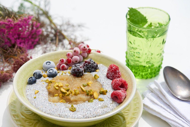 Warmes-Frühstueck-zum-Verwoehnen-Chia-Pudding-mit-Apfelkompott-und-Pistazienkernen-Foto: Maike-Helbig-fuer-Bettina-Bergwelt / www.myotherstories.de