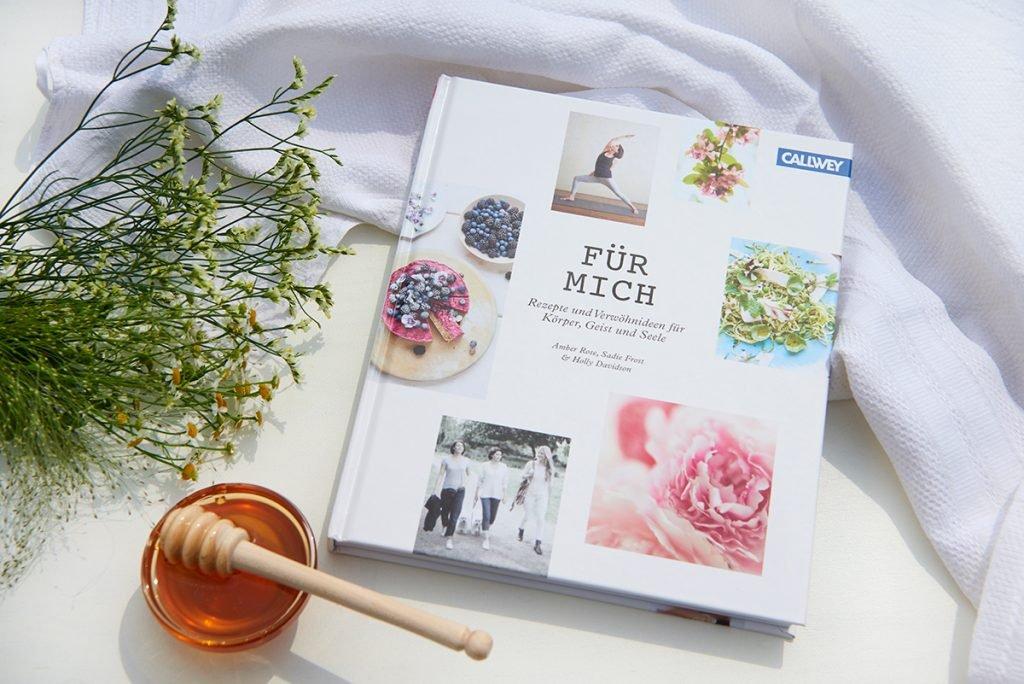 Cover-Koch-und-Lifestylebuch-Fuer-mich-daraus-Warmes-Frühstueck-zum-Verwoehnen-Chia-Pudding-mit-Apfelkompott-und-Pistazienkernen-Foto: Maike-Helbig-fuer-Bettina-Bergwelt / www.myotherstories.de