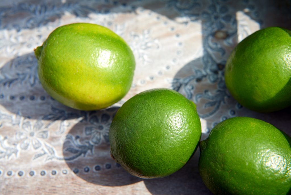 Drei-Limetten-fuer-Selbstgemachte Limonade in drei köstlichen Geschmacksrichtungen-Foto: Maike Helbig-fuer-Bettina-Bergwelt-www.myotherstories.de