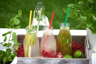 Drei-Flaschen-Selbstgemachte Limonade in drei köstlichen Geschmacksrichtungen-Foto: Maike Helbig-fuer-Bettina-Bergwelt-www.myotherstories.de