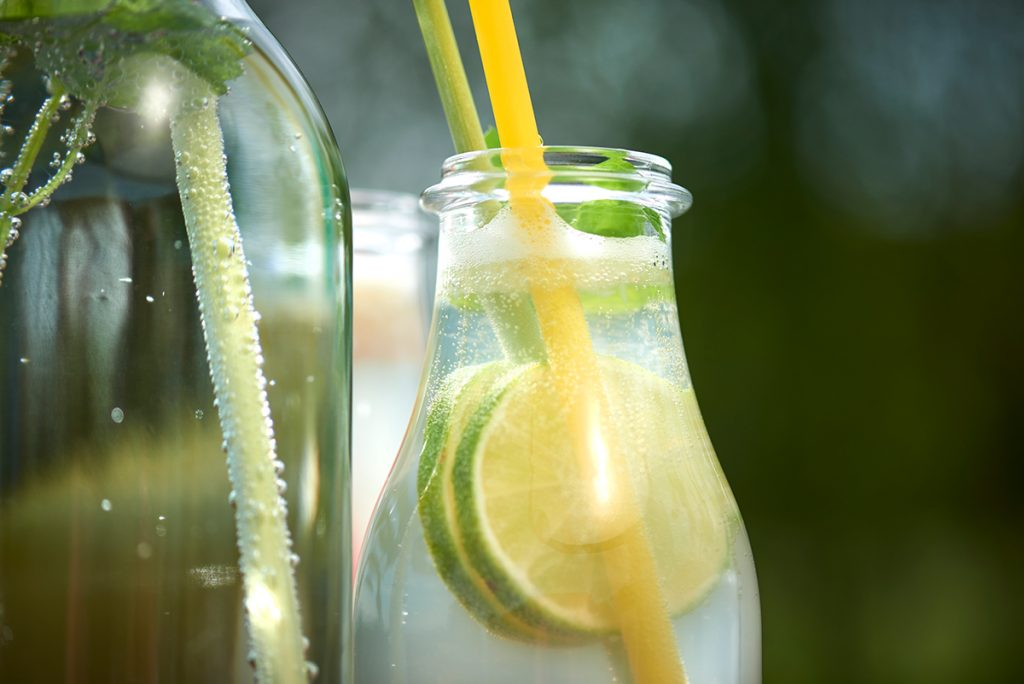 Flaschen-Selbstgemachte Limonade in drei köstlichen Geschmacksrichtungen-Foto: Maike Helbig-fuer-Bettina-Bergwelt-www.myotherstories.de