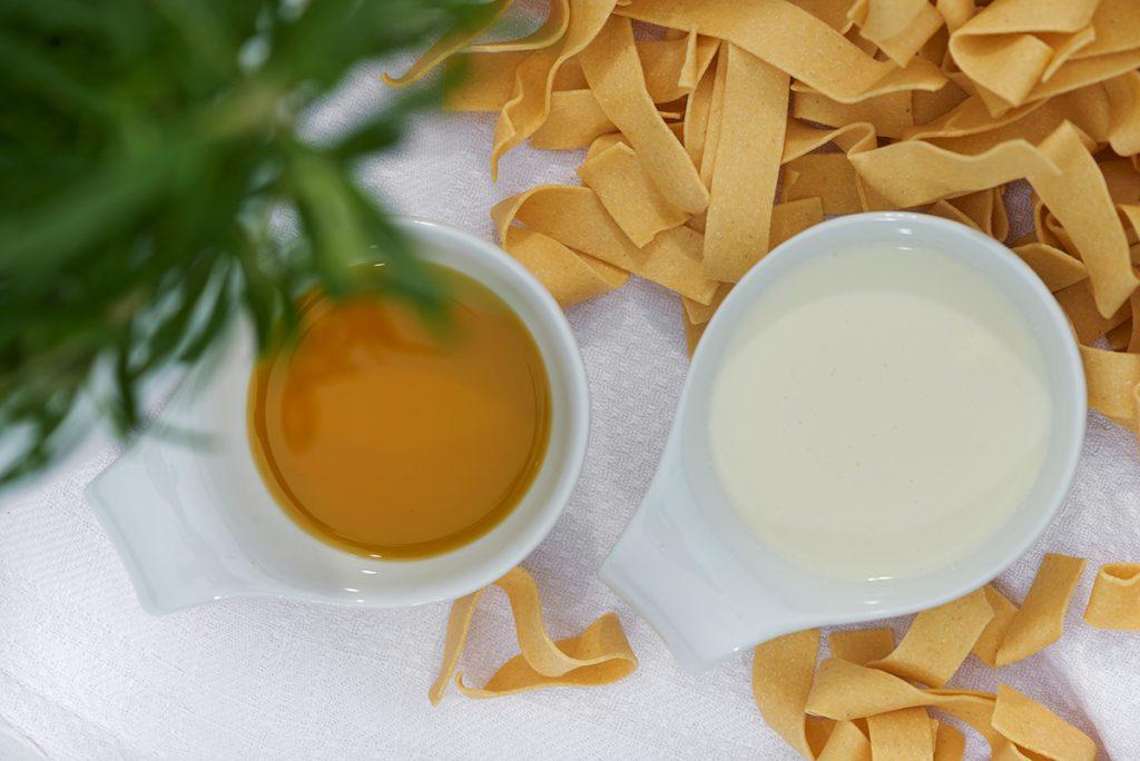 sahne-und-olivenöl-fuer-pasta-mit-kuerbis-und-brauner-butter-Foto: Maike Helbig-fuer-www.myotherstories.de