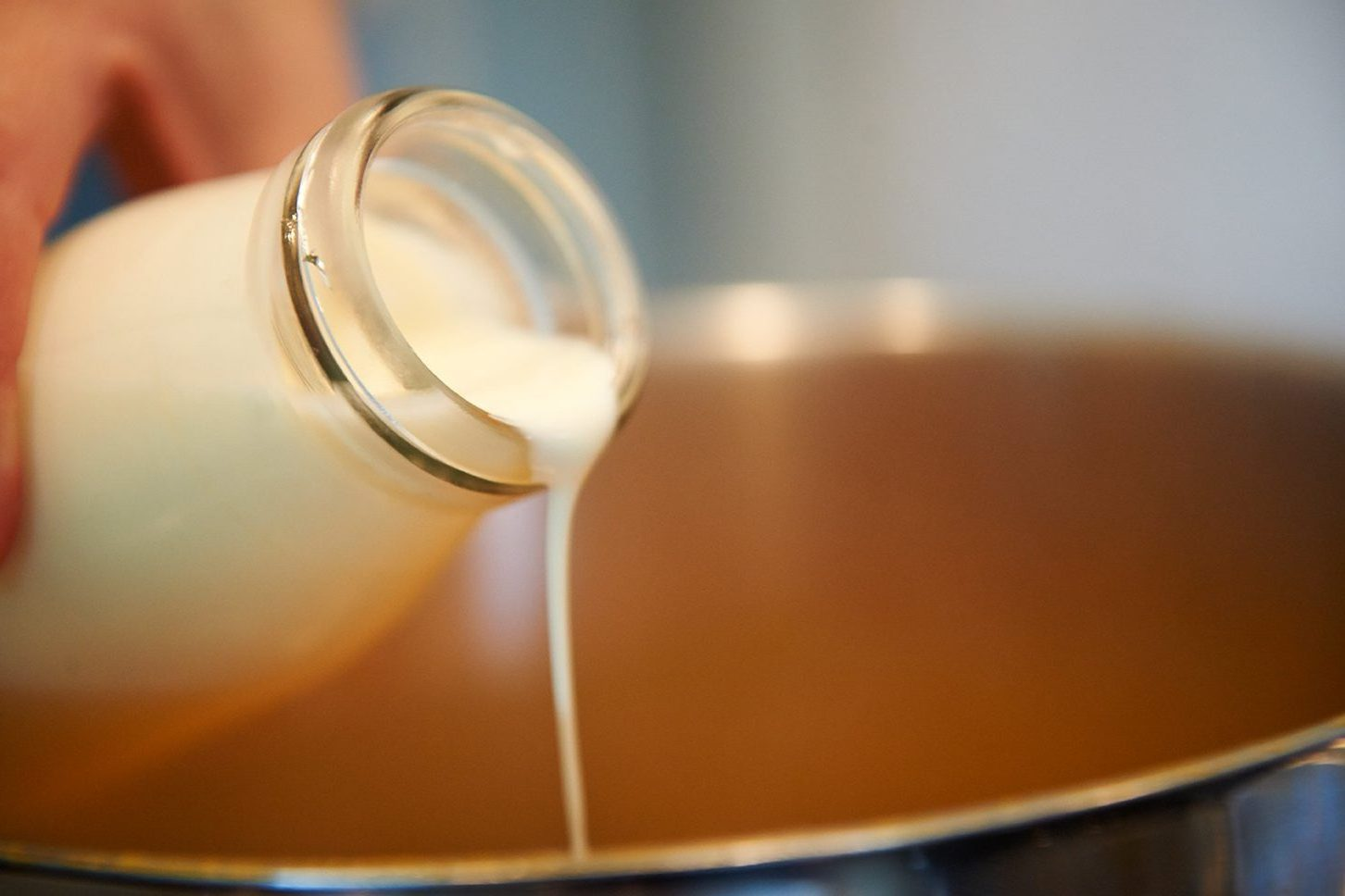 sahne-fuer-johannisbeer-joghurt-pancakes-mit-espresso-karamell-sosse-Foto: Maike-Helbig-fuer-www.myotherstories.de