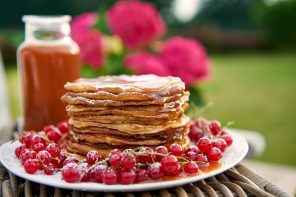 Johannisbeer-Joghurt-Pancakes mit Espresso-Karamell-Soße