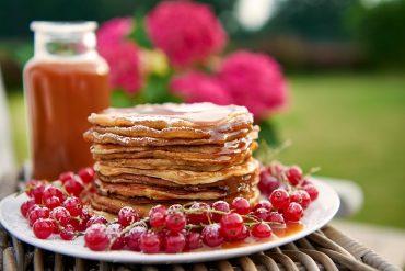 johannisbeer-joghurt-pancakes-mit-espresso-karamell-sosse-Foto: Maike-Helbig-fuer-www.myotherstories.de