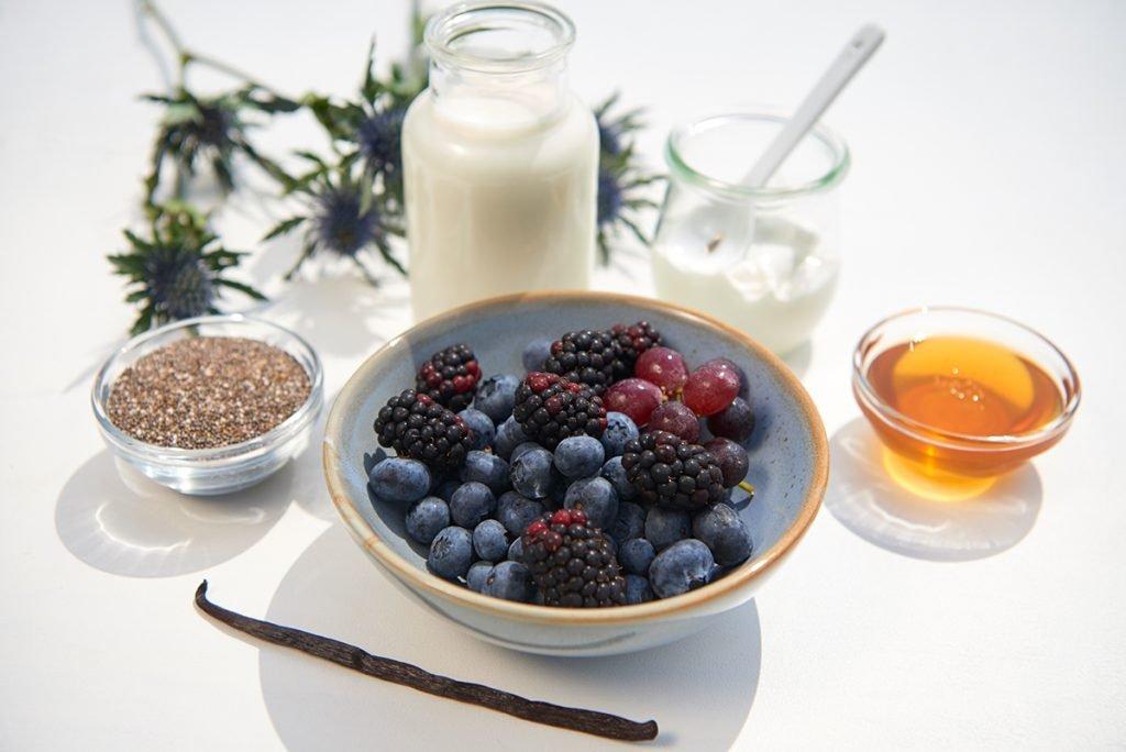 zutaten-fuer-chiapudding-Joghurt-und-blaue-beeren-gesundes-gute-laune-frühstück-Foto: Maike Helbig-fuer-www.myotherstories.de