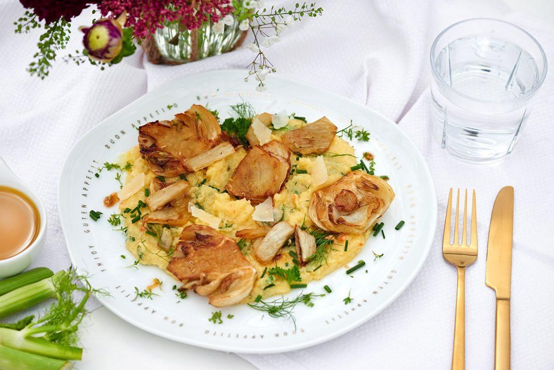 karamellisierter-fenchel-auf-kräuter-polenta-auf-teller-Foto: Maike Helbig-fuer-www.myotherstories.de