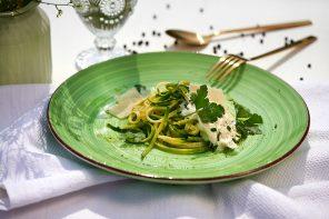 Zucchini-Spaghetti mit cremiger Zwiebel-Kräuter-Mascapone und Parmesan