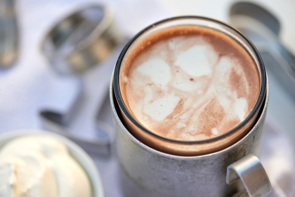 tasse-kakao-zu-mandel-butter-plaetzchen-mit-amaretto-und-vanillestaub-foto: maike helbig-fuer-bettina-bergwelt-www.myotherstories.de