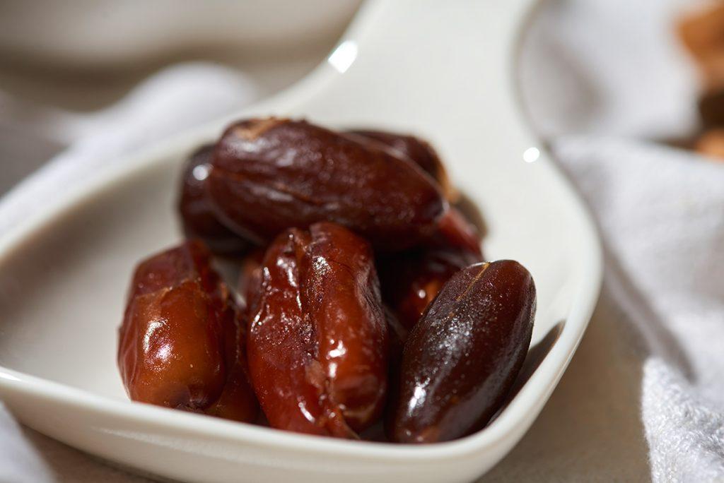 datteln-fuer-vanille-shake-mit-früchten-datteln-zimt-granola-und-schokolade-foto: maike-helbig-fuer-bettina-bergwelt-www.myotherstories.de