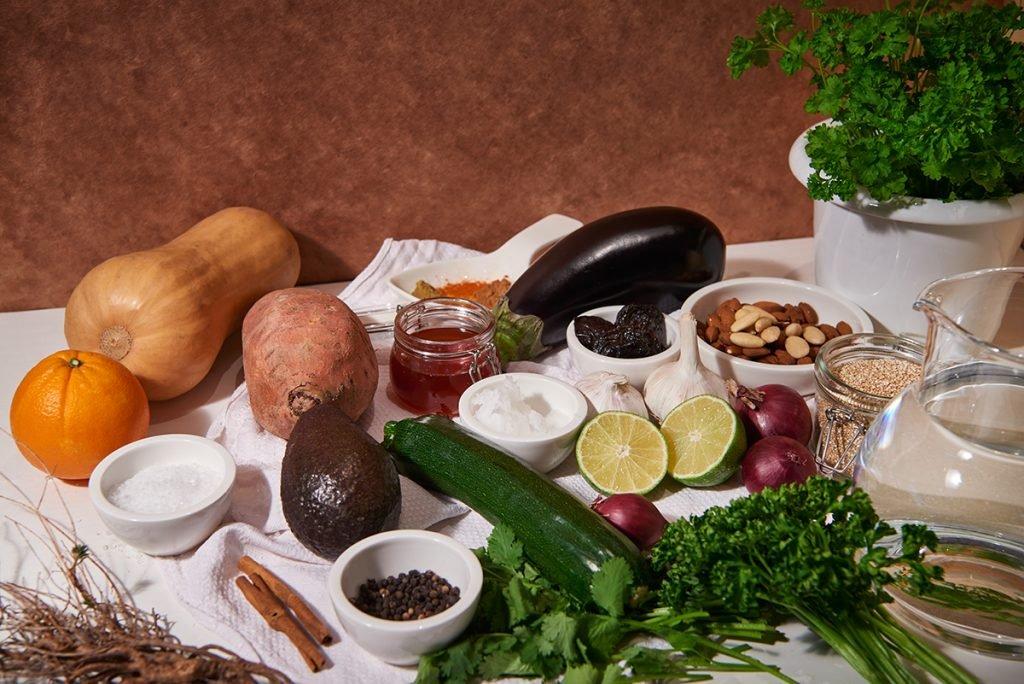 zutaten-fuer-pflaumen-zimt-mandel-tajine-mit-couscous-nach-nadia-damaso-aus-eat-better-not-less-foto-maike-helbig-fuer-bettina-bergwelt-www.myotherstories.de
